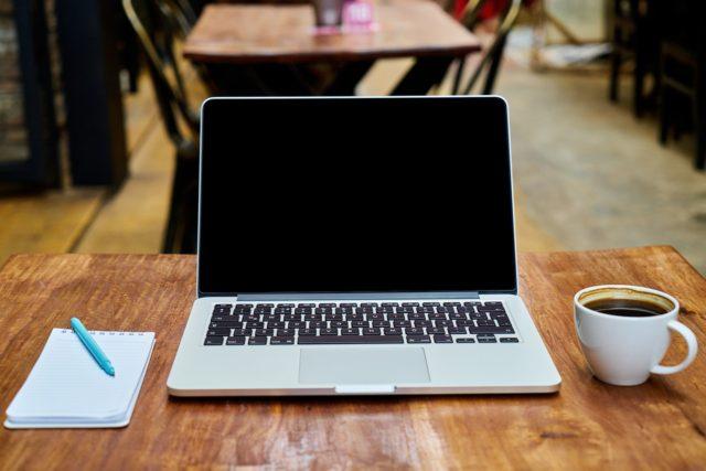 カフェでパソコンを使って仕事